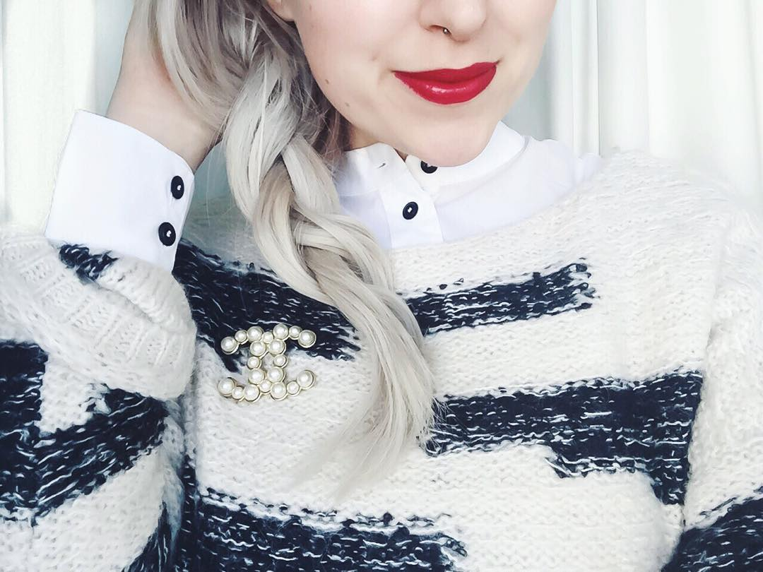 Good Morning #vienna ... Red lips, cosy sweater and a sunny Sunday ☕️ #germanblogger #zukkertour #travel #redlips #chanel