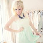 Sonnenschein und ein Mintfarbenes Kleid.