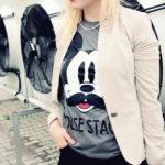 Frau trägt die Micky Mouse.