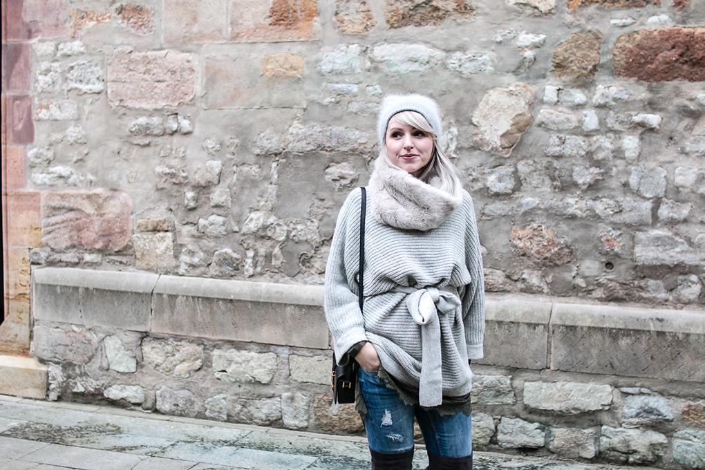 Spitze Wollpullover und Overknees