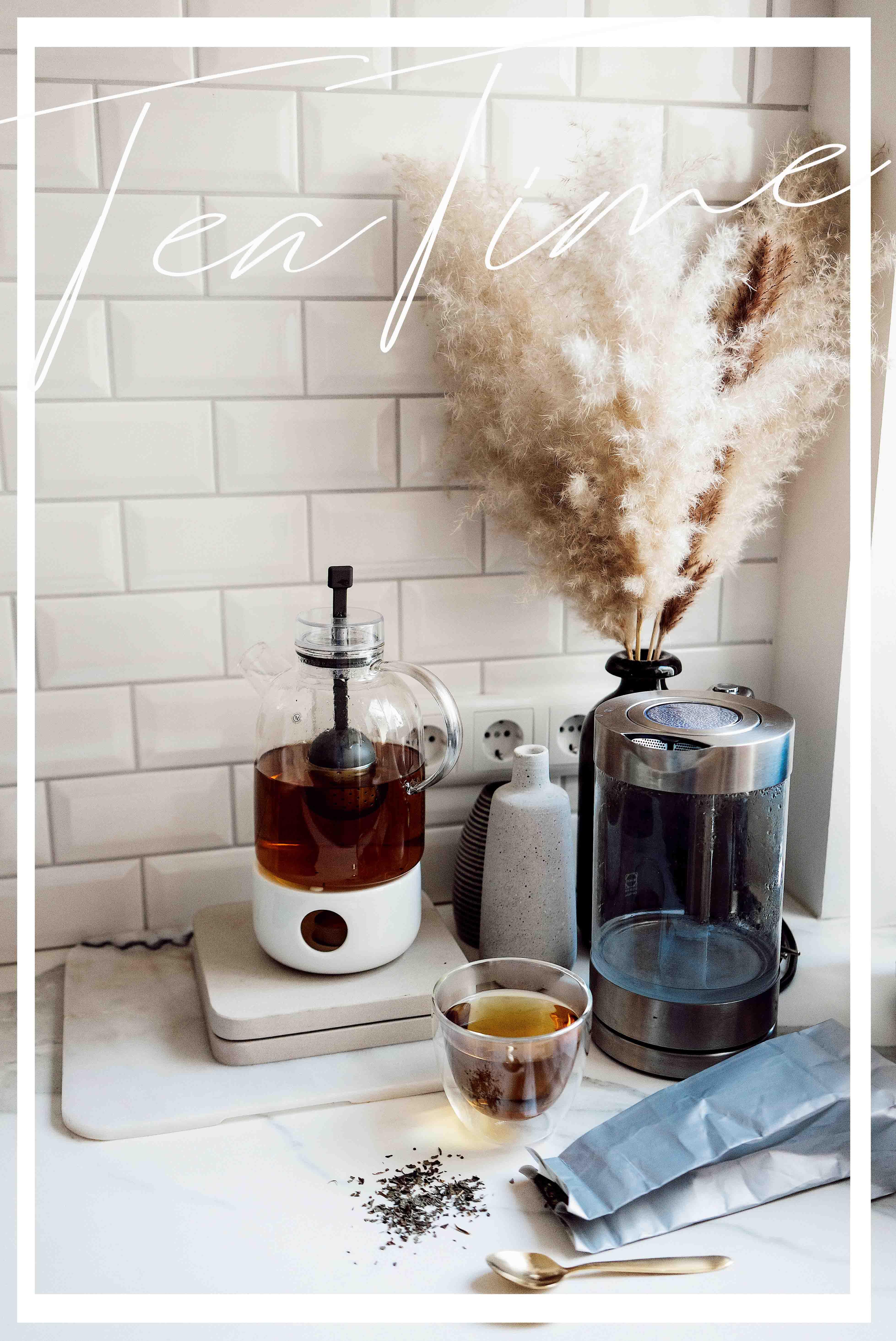 die perfekte Teekanne auf dem Couchtisch