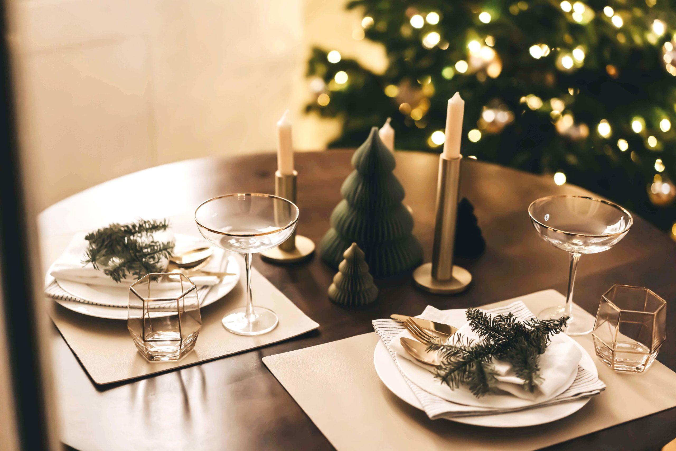 Tischdekoration Scandi Style. Elegant aber Naturnahe auf den Tisch bringen
