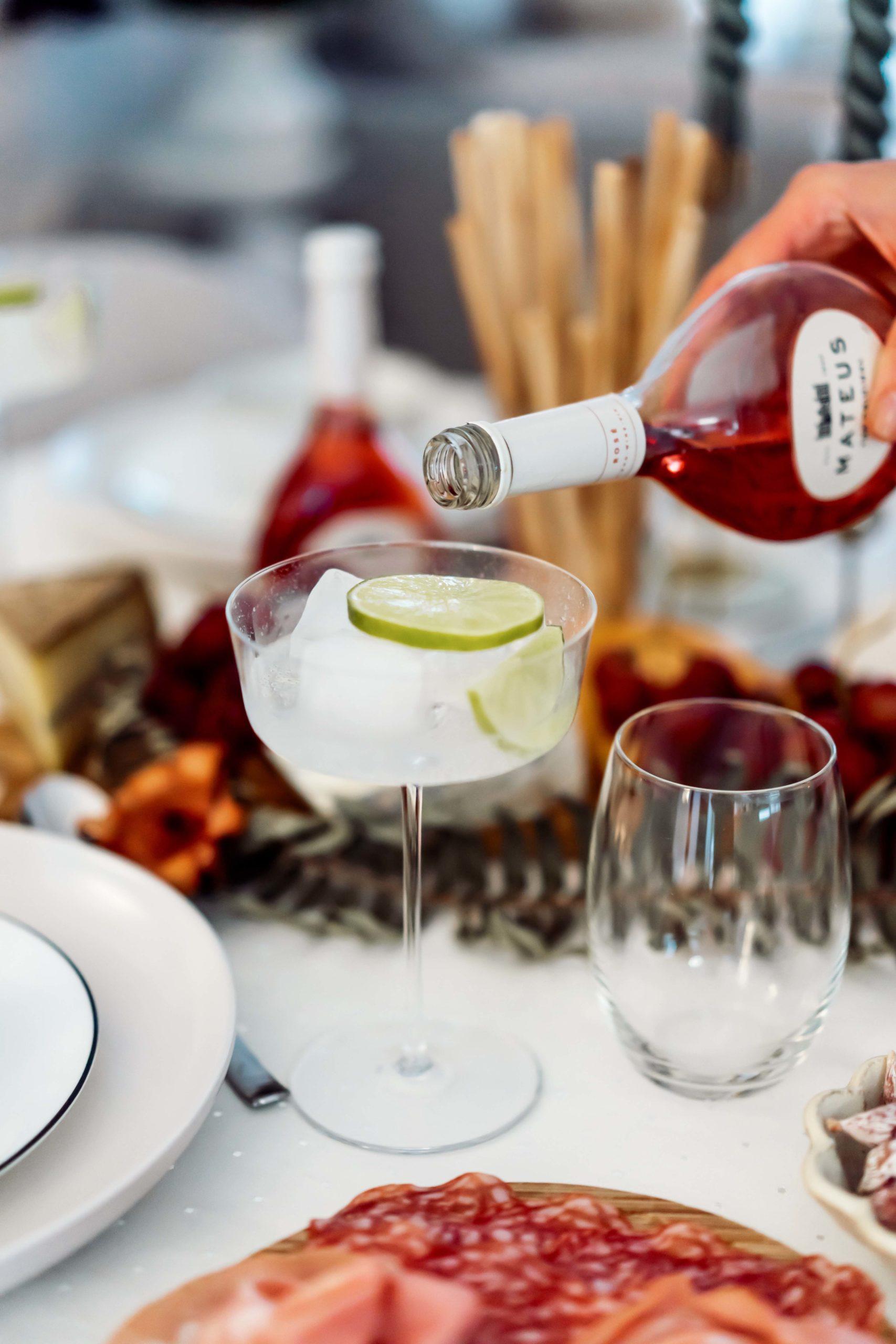 Der Begrüßungscocktail mit Mateus Rosé Zutaten: Frische Minze Limetten Eiswürfel Mateus Rosé Tonic Water